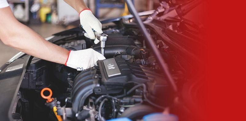 mechanik naprawiający silnik samochodu