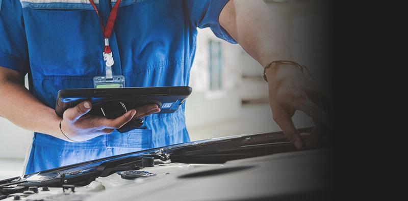 mechanik diagnozujący usterkę samochodu